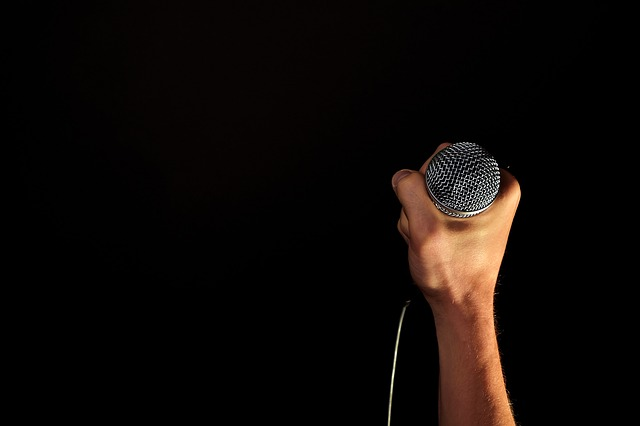 body_hand_holding_microphone