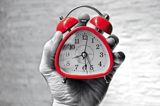 body_hand_holding_clock